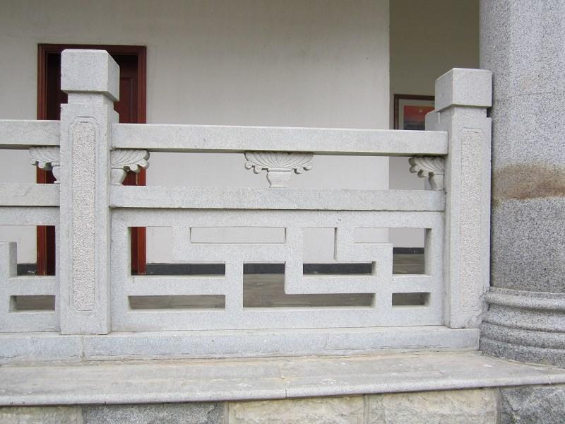 石雕栏杆安装在台基四周,桥的两侧,楼梯两侧,廊柱两侧,亭榭周边等处的